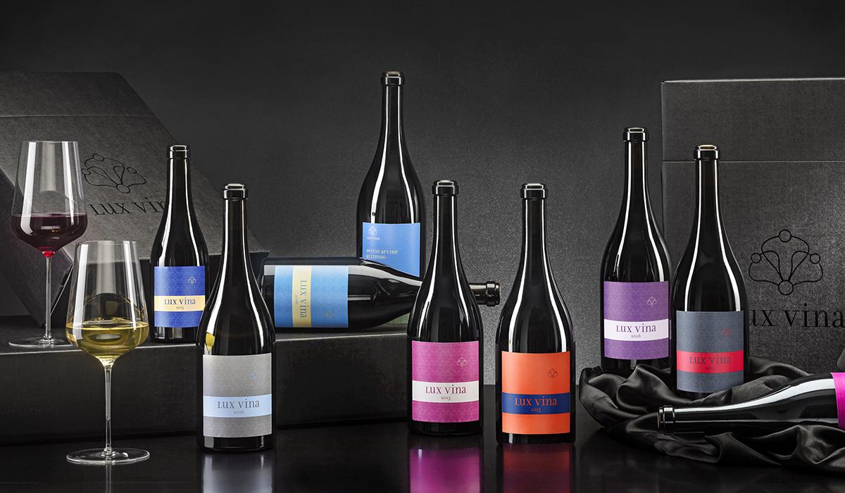 Wein Flaschen Fotografie Lux Vina Domaines des Chevalièrs zBrun Kollektion Still life